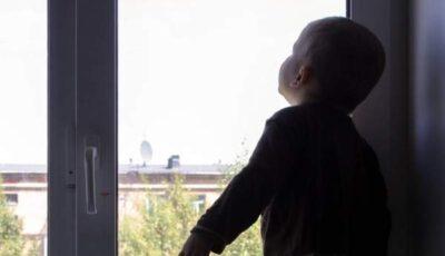 Un copil de 3 ani a căzut în gol cu tot cu plasa de la geam