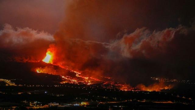 Foto: Erupția vulcanică din La Palma se intensifică, pompierii s-au retras