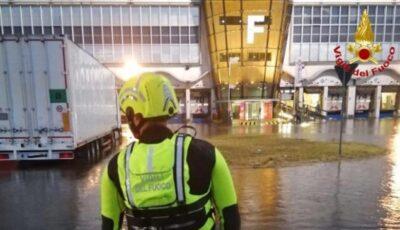 Zeci de oameni, salvaţi din puhoaiele de pe aeroportul din Milano