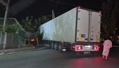 Accident nocturn în Capitală. Un TIR a intrat într-o casă