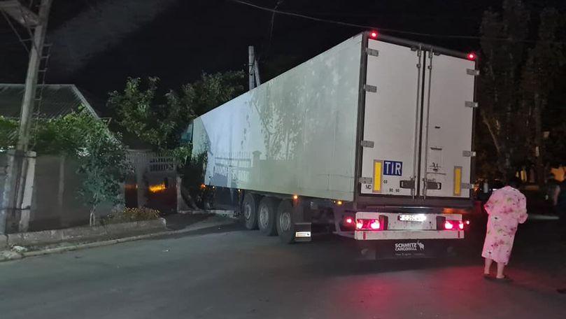 Foto: Accident nocturn în Capitală. Un TIR a intrat într-o casă