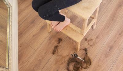 O fetiță s-a întors de la școală cu părul tuns de o profesoară