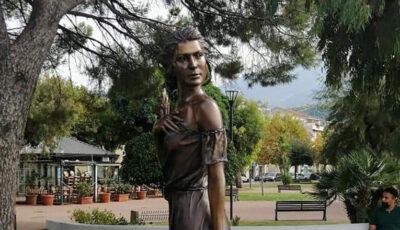 O statuie care înfățișează o femeie a stârnit furie în Italia. Care este motivul