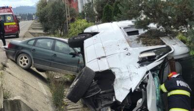 Cinci moldoveni, implicați într-un accident în România. Microbuzul în care se aflau s-a răsturnat după ce s-a ciocnit cu o mașină