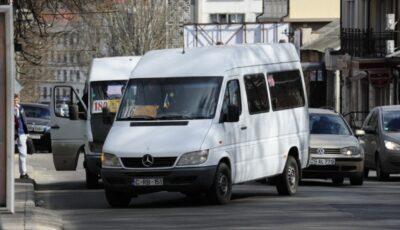 Microbuz de rută din Capitală, implicat într-un accident. Cinci pasageri au fost răniți