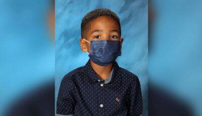 Imaginea virală cu un băiețel de 6 ani care n-a ieșit din cuvântul mamei și a ținut masca inclusiv în fotografia pentru școală