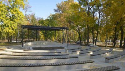 Un nou parc amenajat în Capitală: teatru de vara, WI-FI gratuit și teren de joacă pentru copii