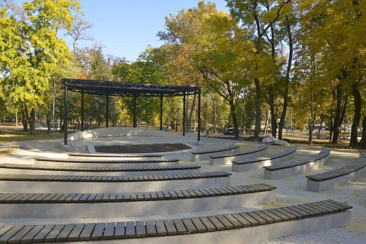 Foto: Un nou parc amenajat în Capitală: teatru de vara, WI-FI gratuit și teren de joacă pentru copii