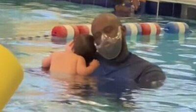 Un bebeluș și instructorul său fac senzație pe Internet. Video viral