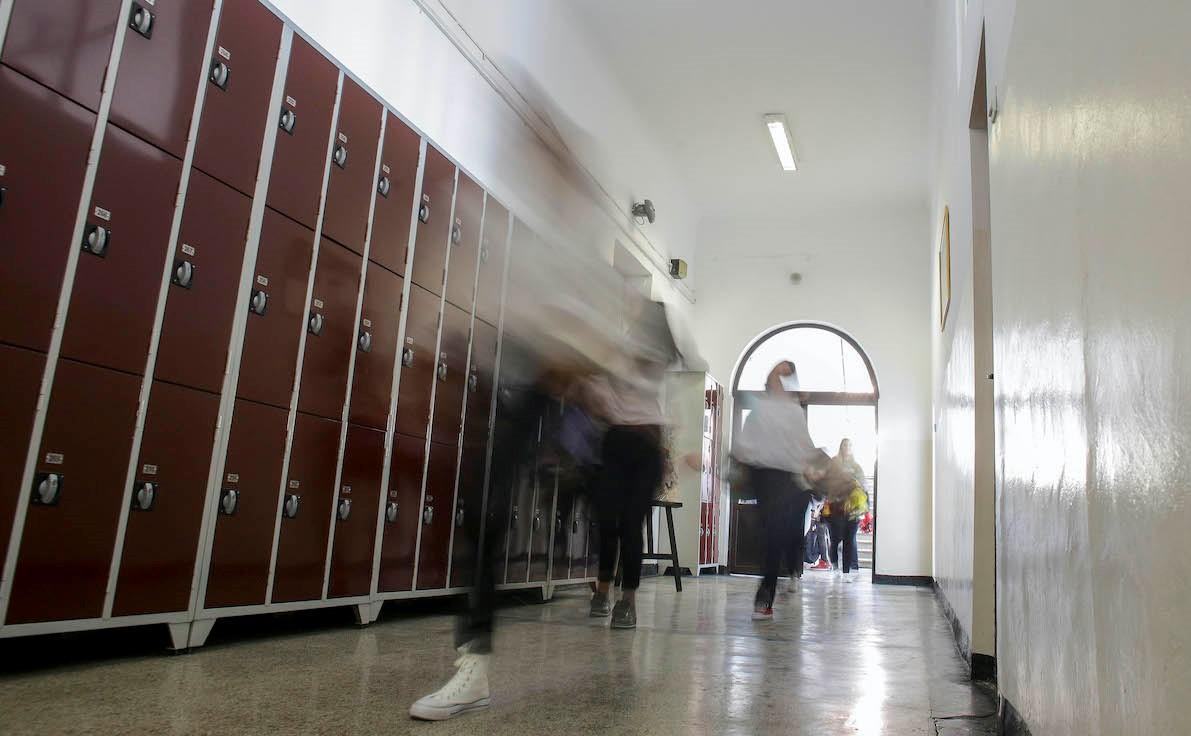 Foto: Trei elevi, reținuți după ce au încercat să violeze o colegă pe holul unei școli