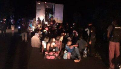 126 de oameni, găsiți încuiați și abandonați într-un container la marginea drumului
