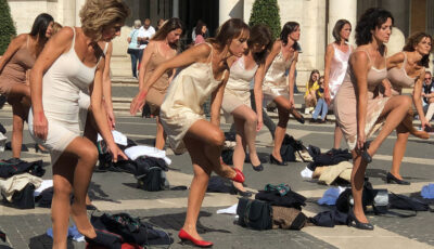 Video. Zeci de stewardese s-au dezbrăcat în centrul Romei în semn de protest