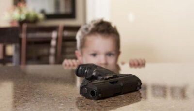 Un copil de 2 ani și-a ucis mama cu un glonț în cap. Tatăl este acuzat că a lăsat arma la îndemâna copilului