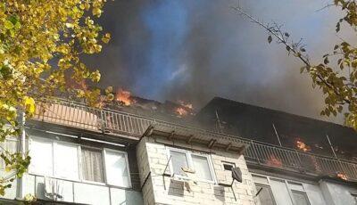 Incendiu puternic în Chișinău. Arde mansarda unui bloc de locuit