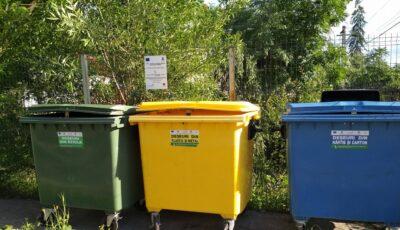 Tomberoane pentru deșeurile reciclabile, plasate într-un parc din Chișinău
