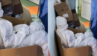 O asistentă medicală, surprinsă ațipind într-o cutie pentru că toate paturile sunt ocupate