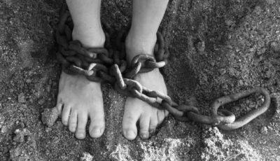 Copil legat cu un lanț la Edineț. Ce pedeapsă riscă tatăl