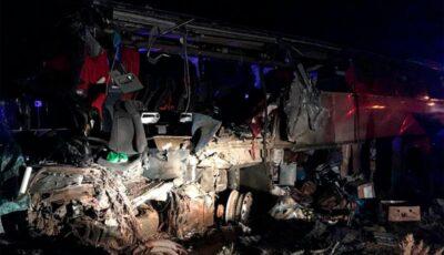 Autobuz plin cu pasageri, implicat într-un teribil accident în Rusia