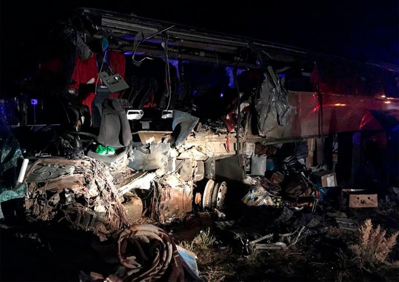 Foto: Autobuz plin cu pasageri, implicat într-un teribil accident în Rusia