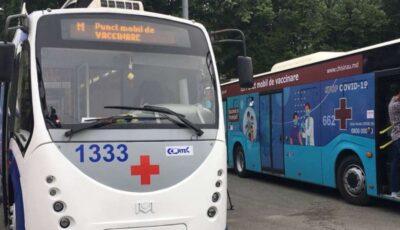 Chișinăuienii se pot vaccina inclusiv de hram. Troleibuzul sanitar este amplasat în Piața Marii Adunări Naționale