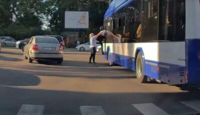 Caz neobișnuit în capitală. Un șofer de troleibuz, împins de taxatoare în vehicul