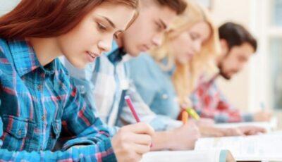 Cei mai buni studenți din țară, cu medii peste 9, vor beneficia de burse de merit din partea Guvernului