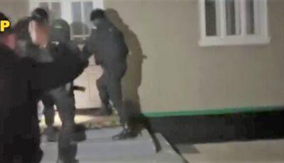 Doi frați l-ar fi ucis pe tânărul din Corjeuți, în curtea casei. Imagini de la Poliție cu momentul reținerii
