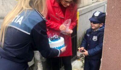 Un băiețel de 5 ani s-a trezit cu trei echipaje de poliție la ușă de ziua lui