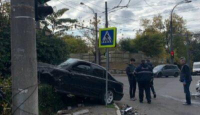 Accident cumplit în Capitală. Două persoane au fost rănite după ce două maşini s-au ciocnit violent