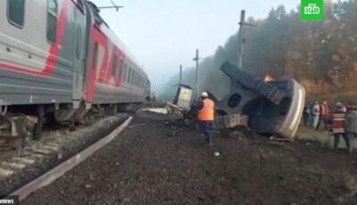 Accident teribil în Rusia. Un tren de pasageri s-a ciocnit cu un camion