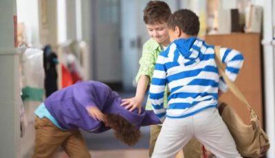 Un copil de 9 ani, bătut cu pumnii şi picioarele de colegi, în timpul pauzei. Școala nu s-a implicat