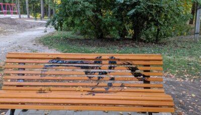 Băncile noi din parcul Valea Trandafirilor au fost vandalizate